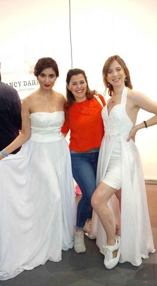 Chicas de stand de vestidos