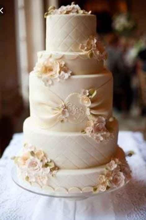 Torta elegante en blanco marfil.
