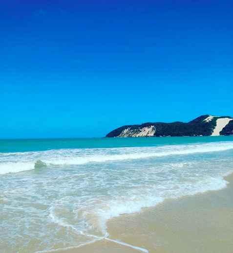 Foto que saque desde la playa con el Morro Do Careca de fondo