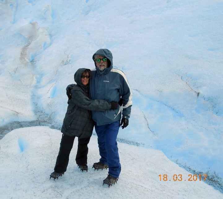 Abrazados haciendo trekking en el Perito Moreno