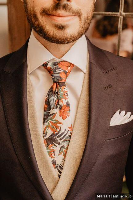 Corbata de flores, la manera más fácil de darle un toque alegre a tu look 🌺 1