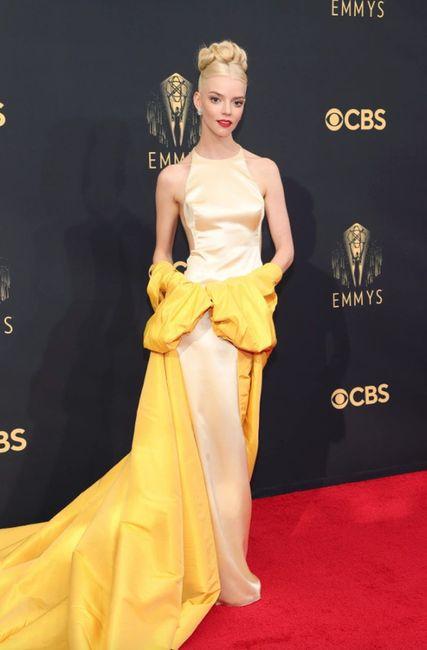Anya Taylor vuelve hacer jaque mate con su look en la alfombra roja de los Premios Emmys 2021 3
