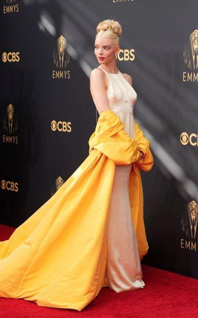 Anya Taylor vuelve hacer jaque mate con su look en la alfombra roja de los Premios Emmys 2021 4