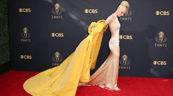Anya Taylor vuelve hacer jaque mate con su look en la alfombra roja de los Premios Emmys 2021 2
