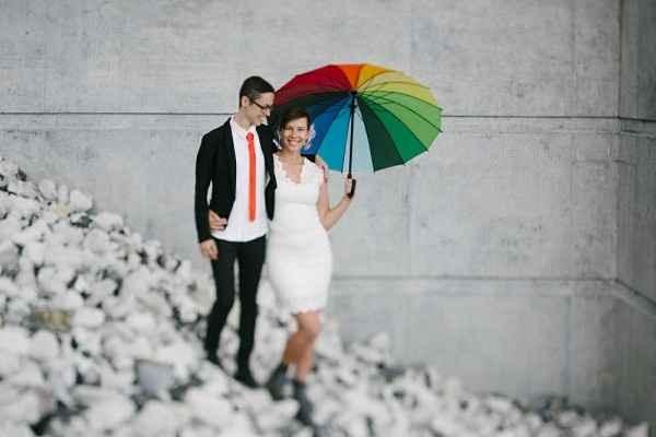 novios con paraguas