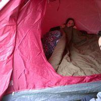 Nos llevamos colchón y nos tapamos con la bolsa de dormir.... ya estamos grandes ! jaja Hasta la alm