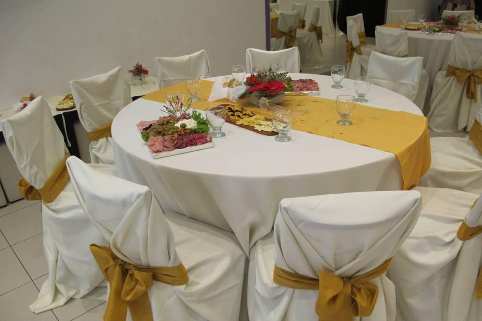 Mesa y sillas vestidas