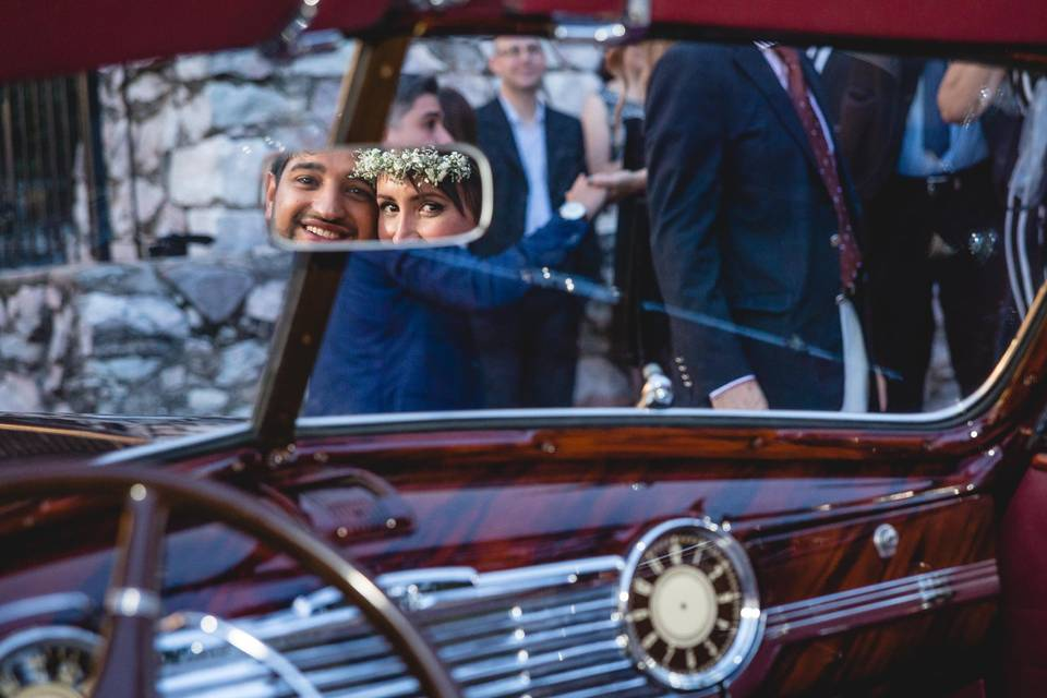 Novios en auto antiguo