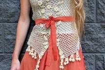 Faldas en telas ligeras y bustos de puntilla