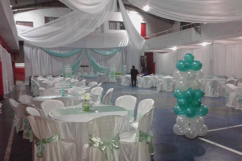 Salón decorado con globos