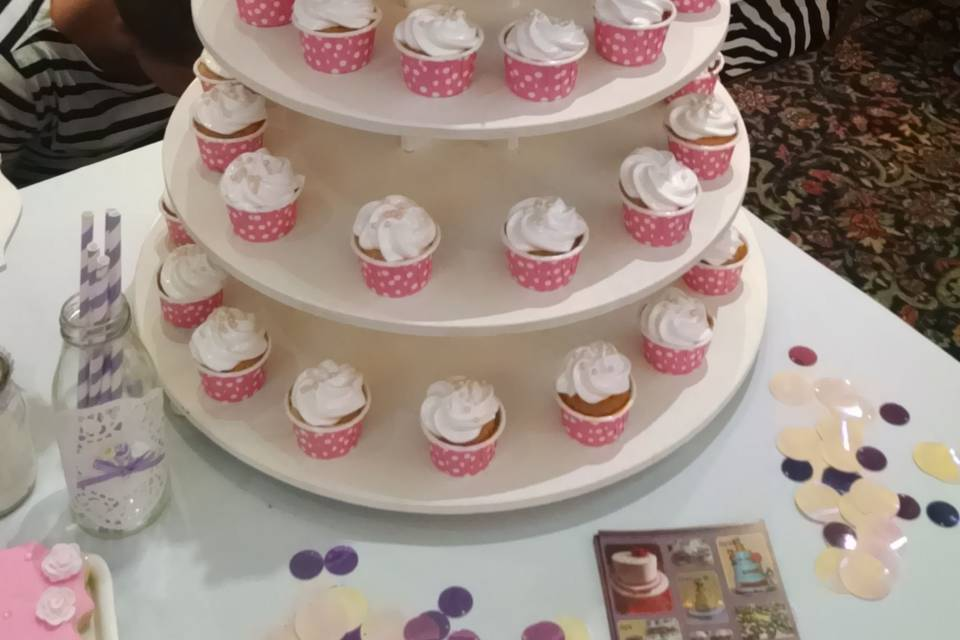 Torta con torre de cupcakes
